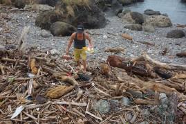 拉黑子於海邊撿拾漂流塑膠, 攝影/篤固工作室