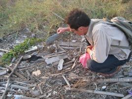 拉黑子於海邊撿拾漂流拖鞋, 攝影/篤固工作室