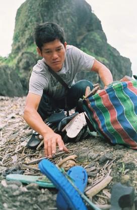 拉黑子於海邊撿拾漂流拖鞋, 攝影/施合峰